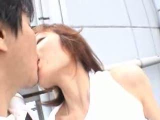 熟女がビルの屋上でフェラ奉仕からの青姦SEX!!