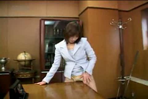 社長秘書が誰もいない部屋で机の角にマンコを擦り付けビッチョリ濡らしてしまう角オナニーを始める!
