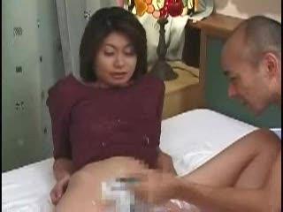 大股開いて男の持つ剃刀に全てを委ねて無毛化するお女中さん-
