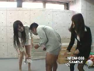 【中川茅乃】学校の教室で美脚の女教師の100%ガチ本気の金玉蹴りをくらうM男クン 亀頭が破壊されそう