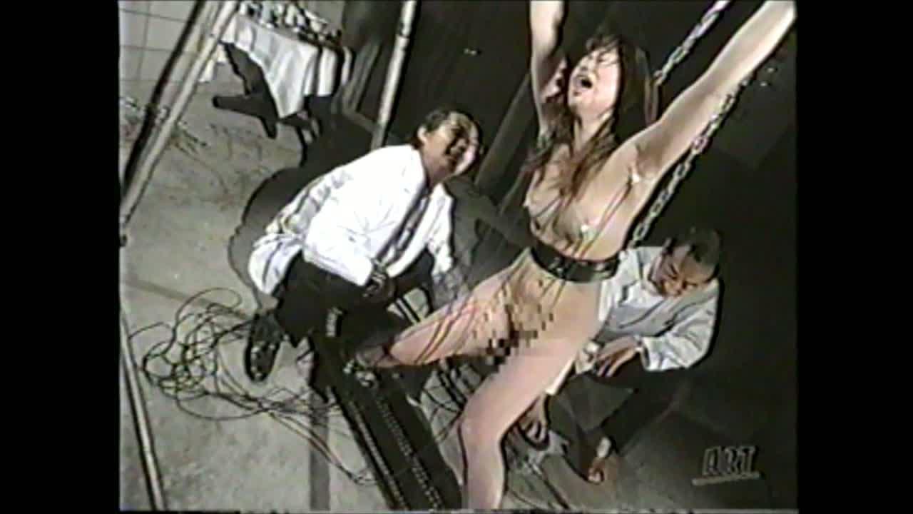 両手足を鎖で拘束されたお姉さんが乳首やマンコに電極を付けられ電気責めにあう地獄調教。MAXに電圧を上げられると発狂し腰砕けでアクメし痙攣しっぱなし。