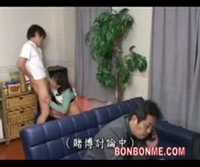 後ろで息子が母親の巨尻に顔を埋めて臭いを嗅いでも全く気付かない父親。思春期息子のイタズラはエスカレートしていき手マンやクンニで秘部を弄るだけでは飽き足らず母親にフェラチオまでさせてそのまま近親相姦セックス開始w