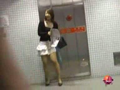 少し離れた所で盗撮しながらミニスカ美女のスカートをめくるエロ悪戯!パンチラを狙ってスカートを捲りあげるとまさかのノーパンで美尻丸見えの変態美女達w