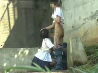 人通りの少ない野外で絡み合う制服カップルの青姦セックスを盗撮!手マンやフェラで愛撫し合い性器を重ねる!